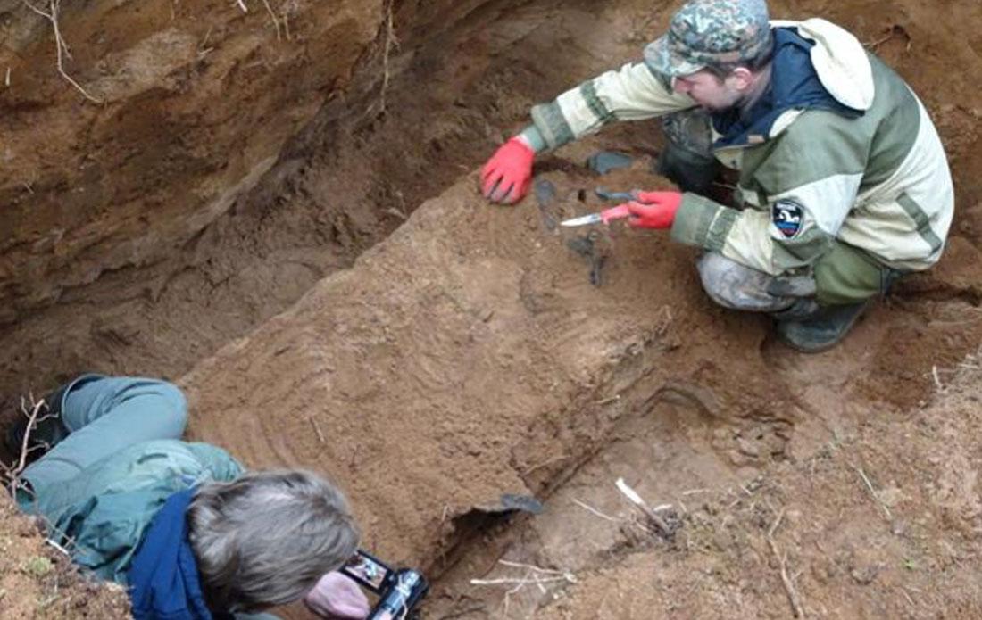 Расположение останков указывает на то, что погибший летчик был кем-то похоронен рядом с местом падения самолета. Фото: Валерий Смирнов