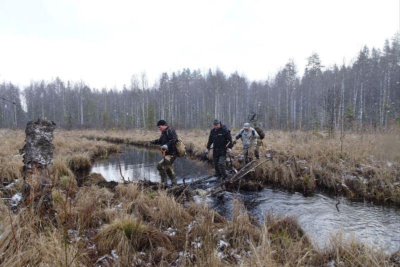 Пройдя по заболоченному лесу путь в три с половиной километра приступили к поискам